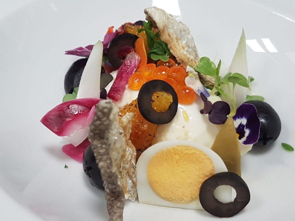 remojón andaluz de brandada de bacalao, pimientos asados, huevas de salmón, naranja caramelizada y aceitunas